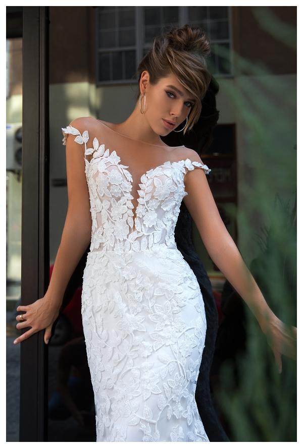 VERONA eleganckie rozcięcie z przodu sukni płynnie przechodzące w linię ramion
